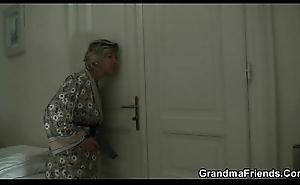 Twosome men try her old pussy